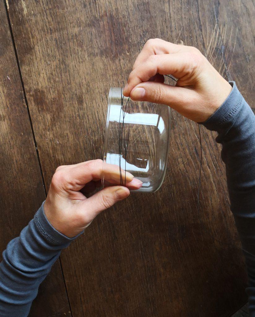 Den Draht 3 x um die Glasschale wickeln, damit der Kranz schön rund wird. Gib noch ca. 4 cm für die Öse hinzu, bevor du den Draht abschneidest.