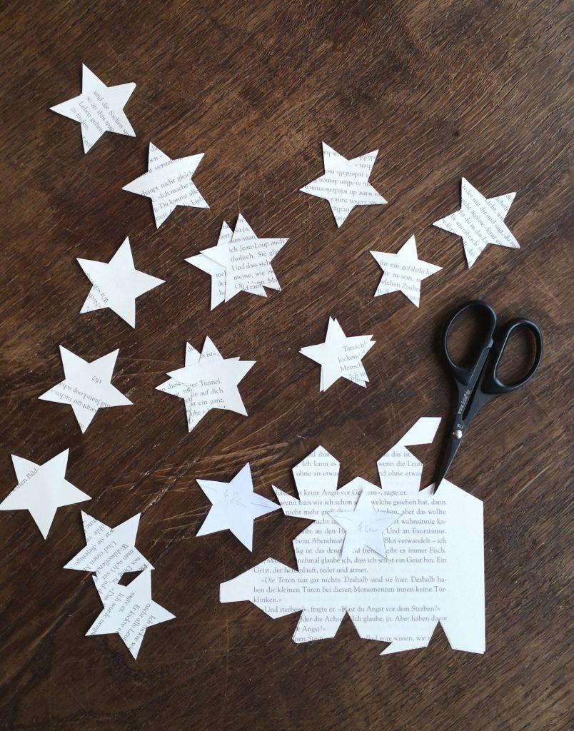 Die Sterne ausdrucken und in den Größen 4,8 cm und 4 cm als Vorlage ausschneiden. 4. Mit Hilfe der Vorlagen Sterne aus Buchseiten ausschneiden:10 bis 15 x Größe 4,8 und 5 bis 10 x Größe 4.