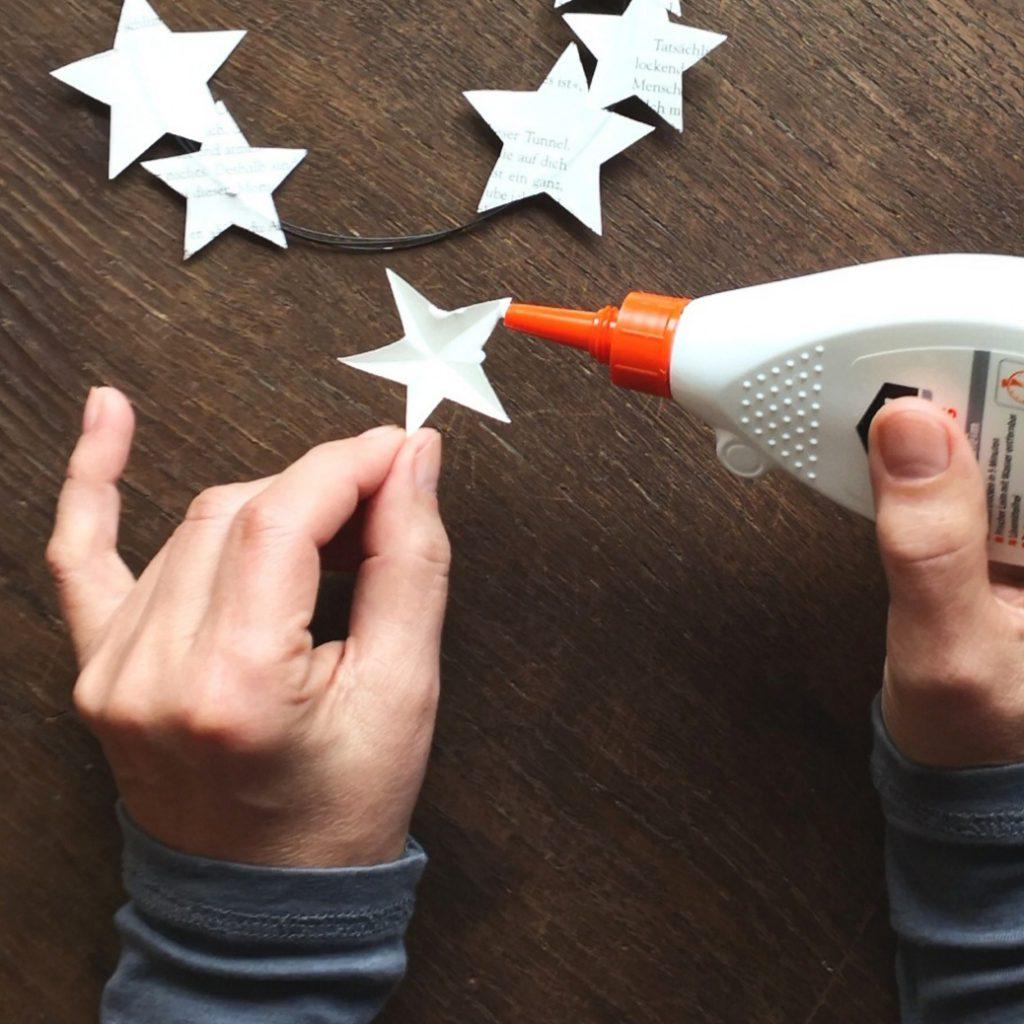 DIY – Drahtkranz mit Papiersternen