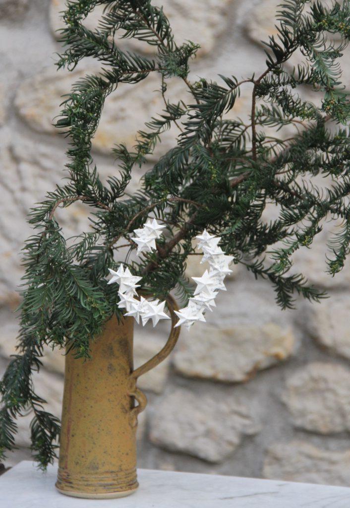 Drahtkranz mit Papiersternen am Weihnachtsstrauss