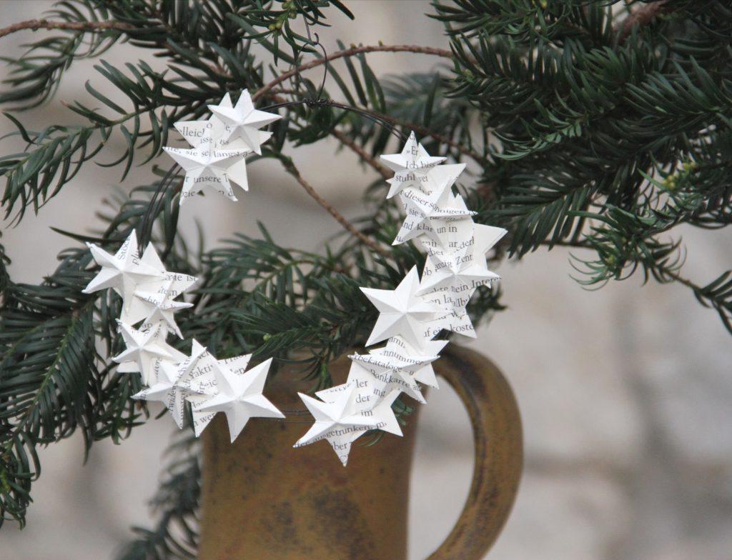 Drahtkranz mit Papierstern am Weihnachtsstrauß