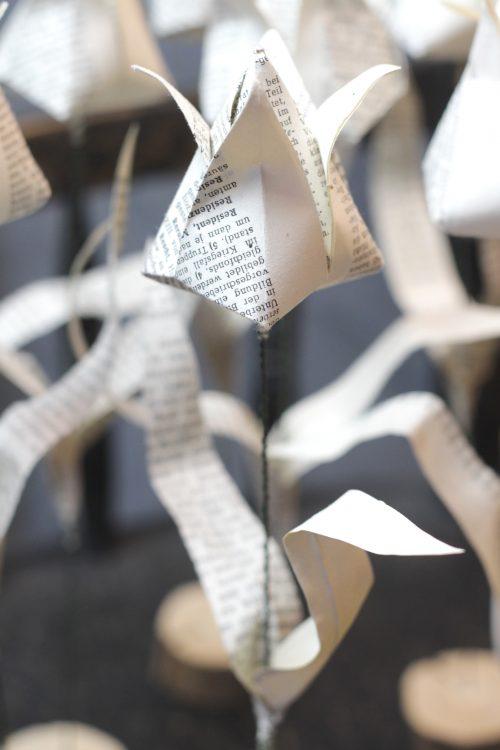 Papier-Blume: Origami-Tulpe mit Stiel aus Draht auf einer Astscheibe